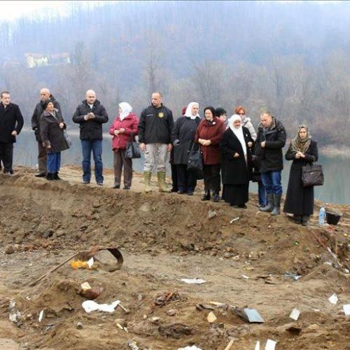 Preživjele žrtve genocida obišle masovnu grobnicu u Kozluku: Lokaciju otkrila osoba koja živi u Srbiji