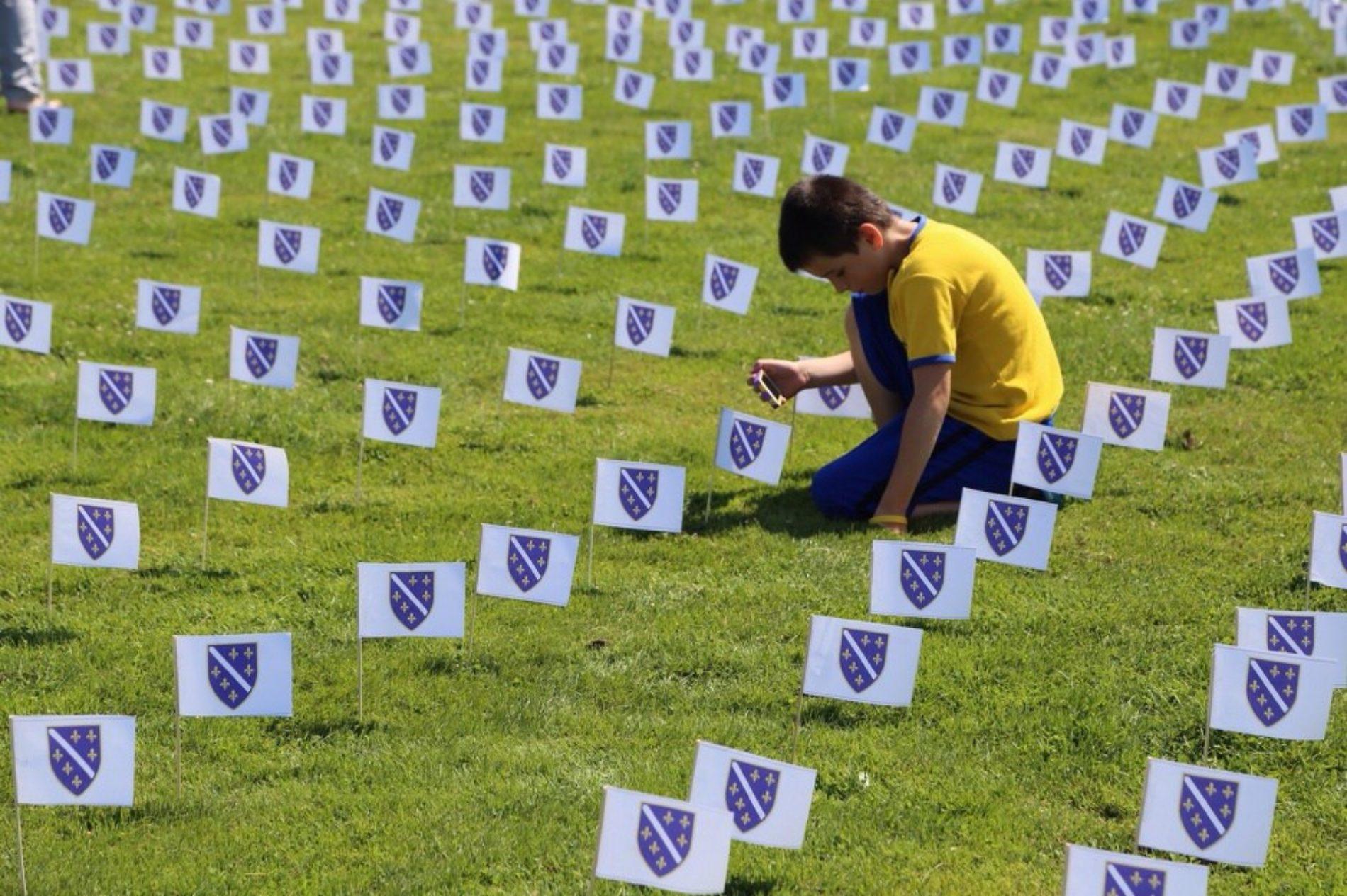 Manchester u SAD-u: Od 8.372 bosanske zastavice napravljen najveći Cvijet Srebrenice (FOTO)