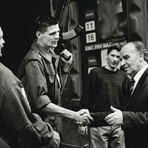 Izetbegović u razgovoru s vojnicima '95. –  Šta kada dođe mir, je li prvi predsjednik obećao 'zlatne kašike'?