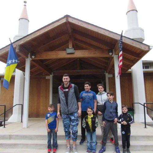 Jusuf Nurkić obišao Bošnjake u Portlandu: Posjetio džamiju i s djecom igrao košarku (Foto)