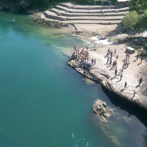Mostarci uživaju u kupanju i skokovima sa Starog mosta (Video)