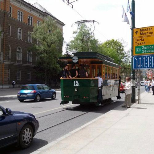 Turisti oduševljeni vožnjom replikom prvog električnog tramvaja (FOTO)
