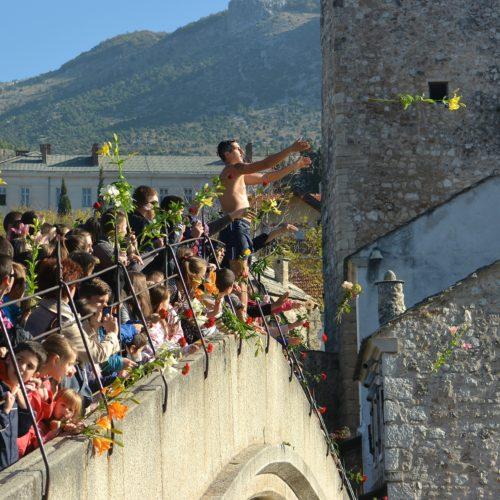 Skokom bez aplauza obilježena 22. godišnjica rušenja Starog mosta (FOTO)