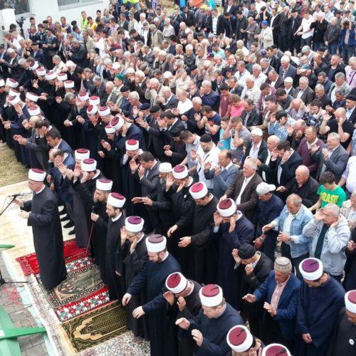 Kolektivna dženaza u Vlasenici: Ukopano 14 žrtava, samo dvije identifikovane