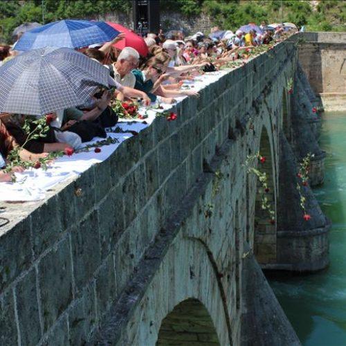 Obilježena godišnjica zločina u Višegradu: S mosta u Drinu spušteno 3.000 ruža za 3.000 ubijenih