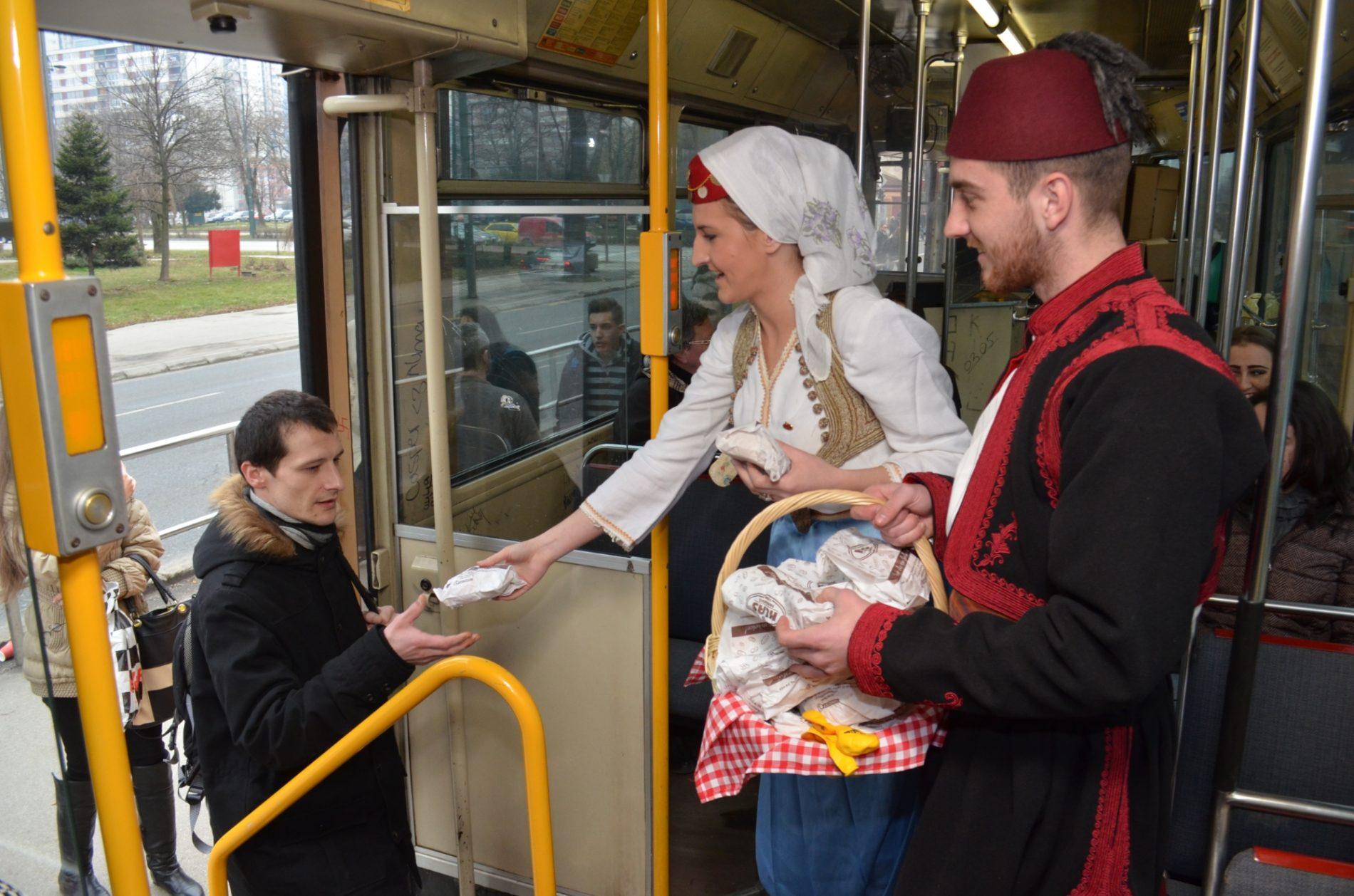 Klas podijelio 3.000 peciva putnicima u tramvaju