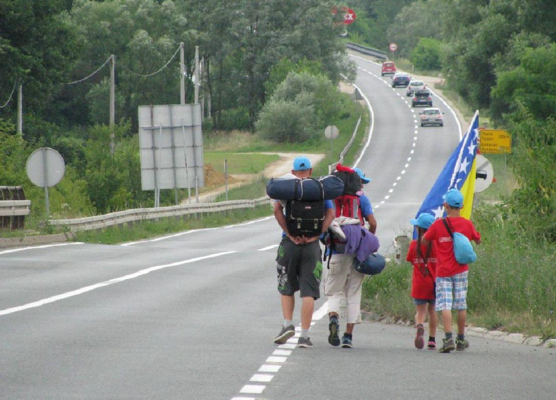Brat i sestra iz Tešnja na Maršu mira stigli do Lukavca: Želimo preći put na kojem su mnogi stradali