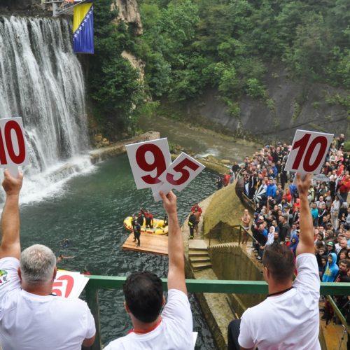 Sarajlija Dino Bajrić osvojio prvo mjesto u međunarodnim skokovima s vodopada u Jajcu (Foto)