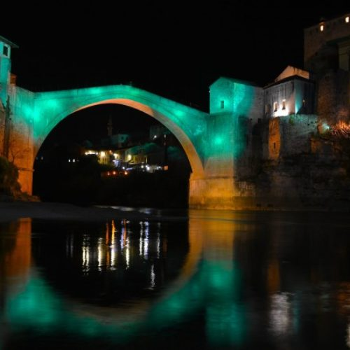 /VIDEO/ Stari most u boji mira u znak solidarnosti sa civilima Halepa