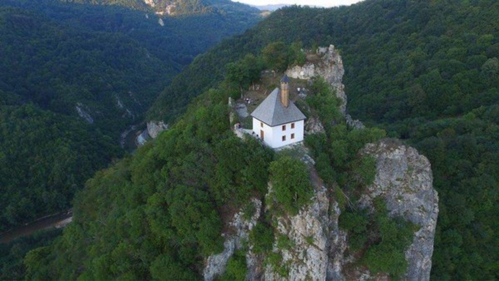 Kušlat – stara utvrda i u njoj džamija već vijekovima izazivaju znatiželju putnika kroz dolinu rijeke Drinjače