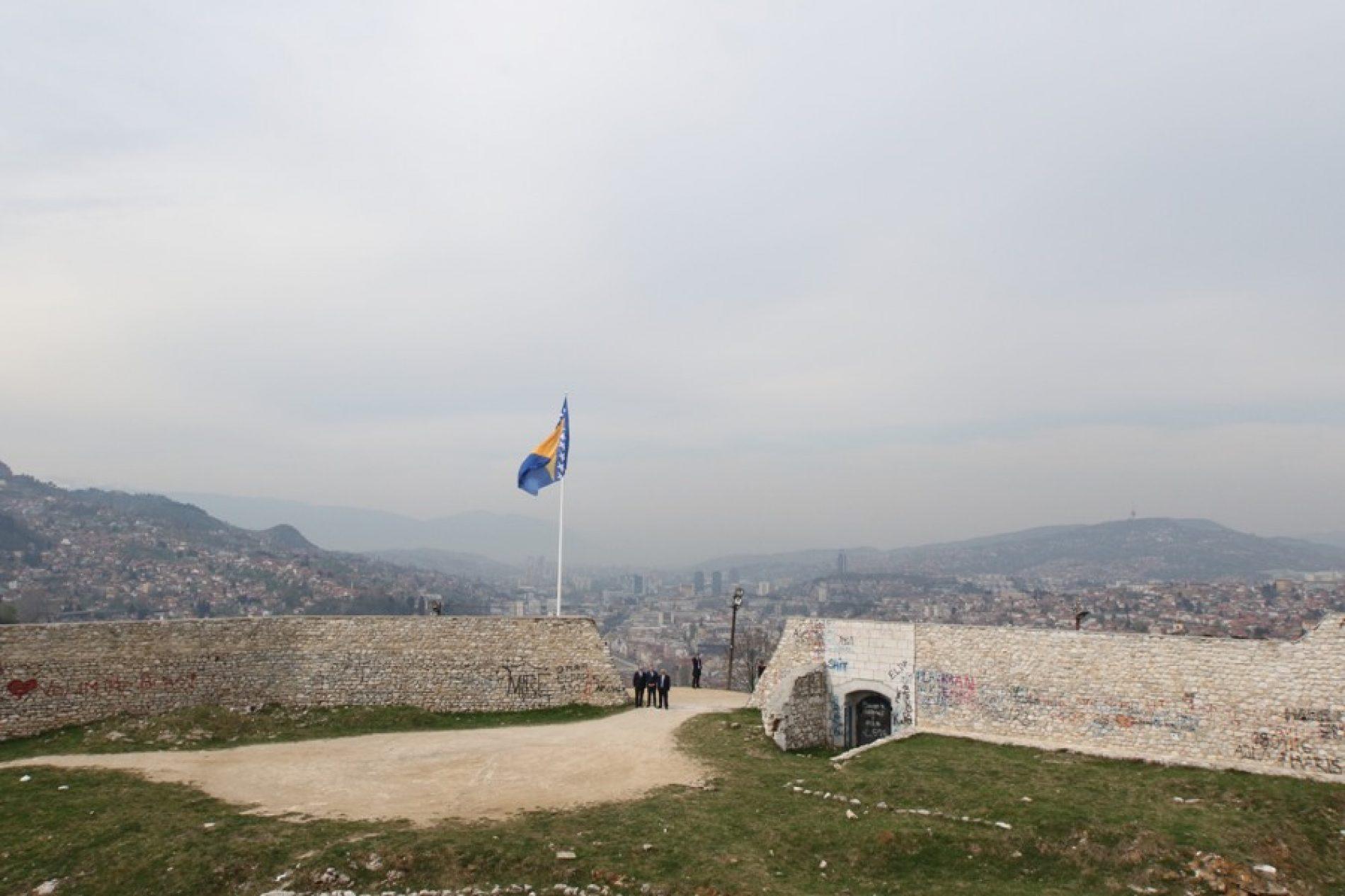 Povodom Dana grada Sarajeva – Šeher se ukrašava, na Bijeloj tabiji državna zastava na jarbolu visine 15 metara