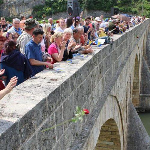 Obilježena 25. godišnjica zločina nad Bošnjacima Višegrada: Ruže u Drini u znak sjećanja na ubijene