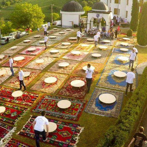 Iftar u Bužimu: Tradicionalne sofre, bosanski ćilimi i prirodni ambijent (FOTO)