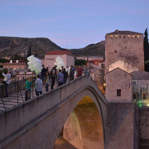 Mostar: Sa Starog mosta pušteno 150 balona