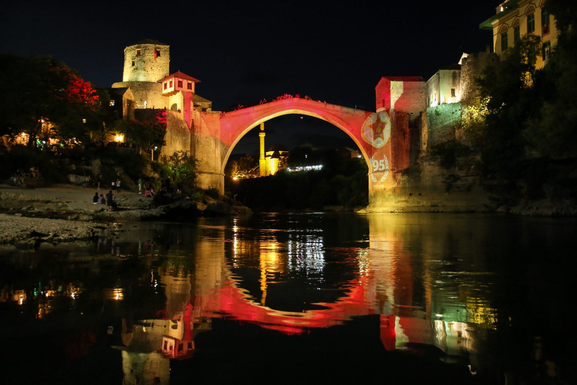 Na 95. godišnjicu 'Rođenih' – Stari most u bojama FK Velež (FOTO)