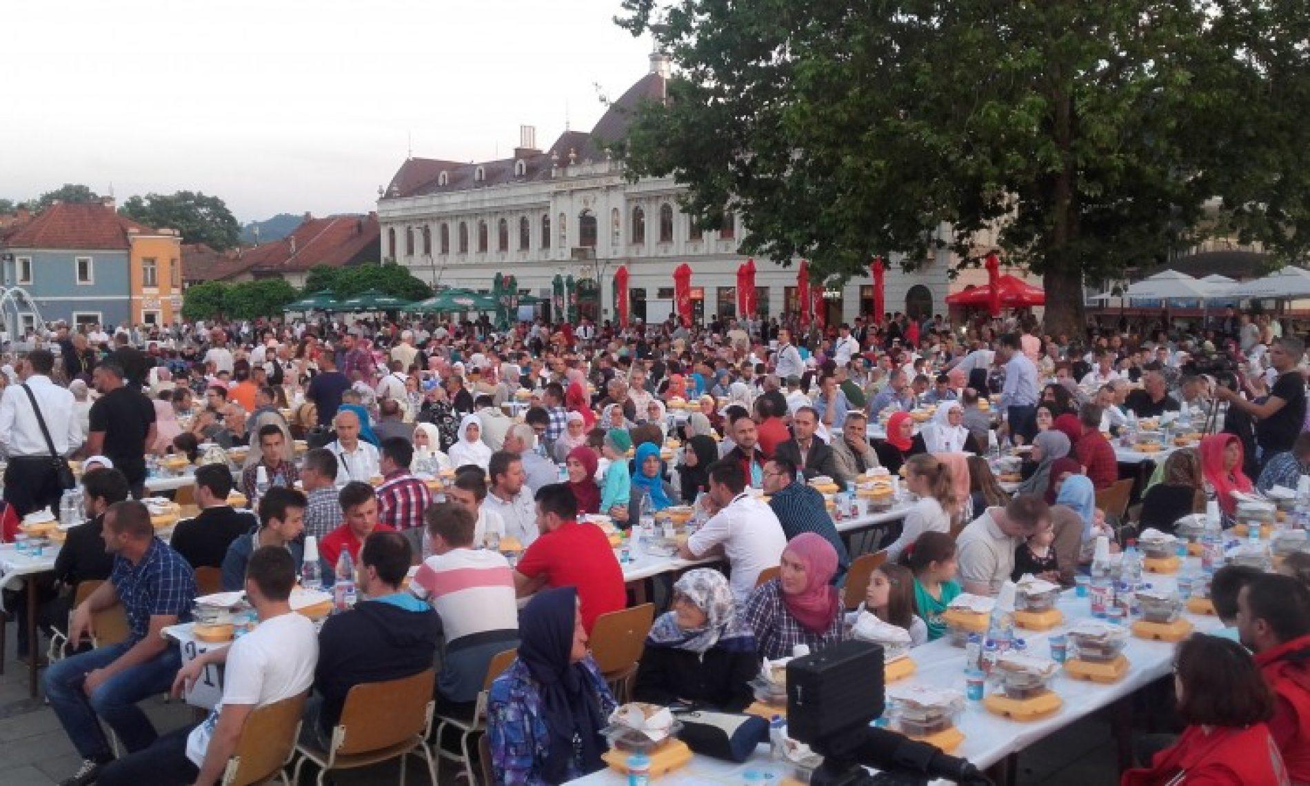 Na Trgu slobode u Tuzli iftarilo 2000 osoba (FOTO)