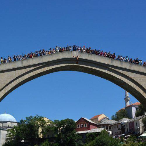 MOSTAR: Mnogi mještani i turisti su danas proveli dio dana uz Neretvu i ambijent suncem okupanog Starog mosta