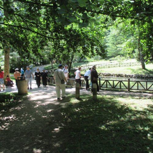 Vrelo Bosne prepuno posjetilaca: Krajem jula počinje rekonstrukcija Velike aleje na Ilidži