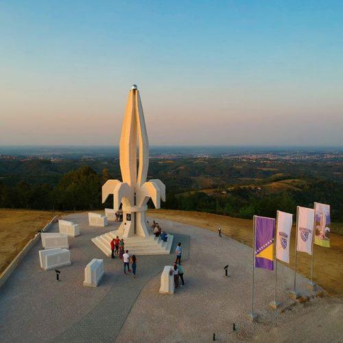 Spomenik Ljiljan svakodnevno posjećuju grupe ljudi iz svih krajeva Bosne i Hercegovine