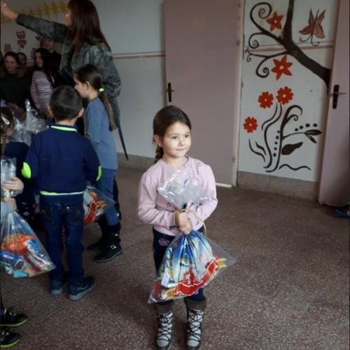Općina Stari Grad podijelila paketiće učenicima u Konjević-Polju i Novoj Kasabi