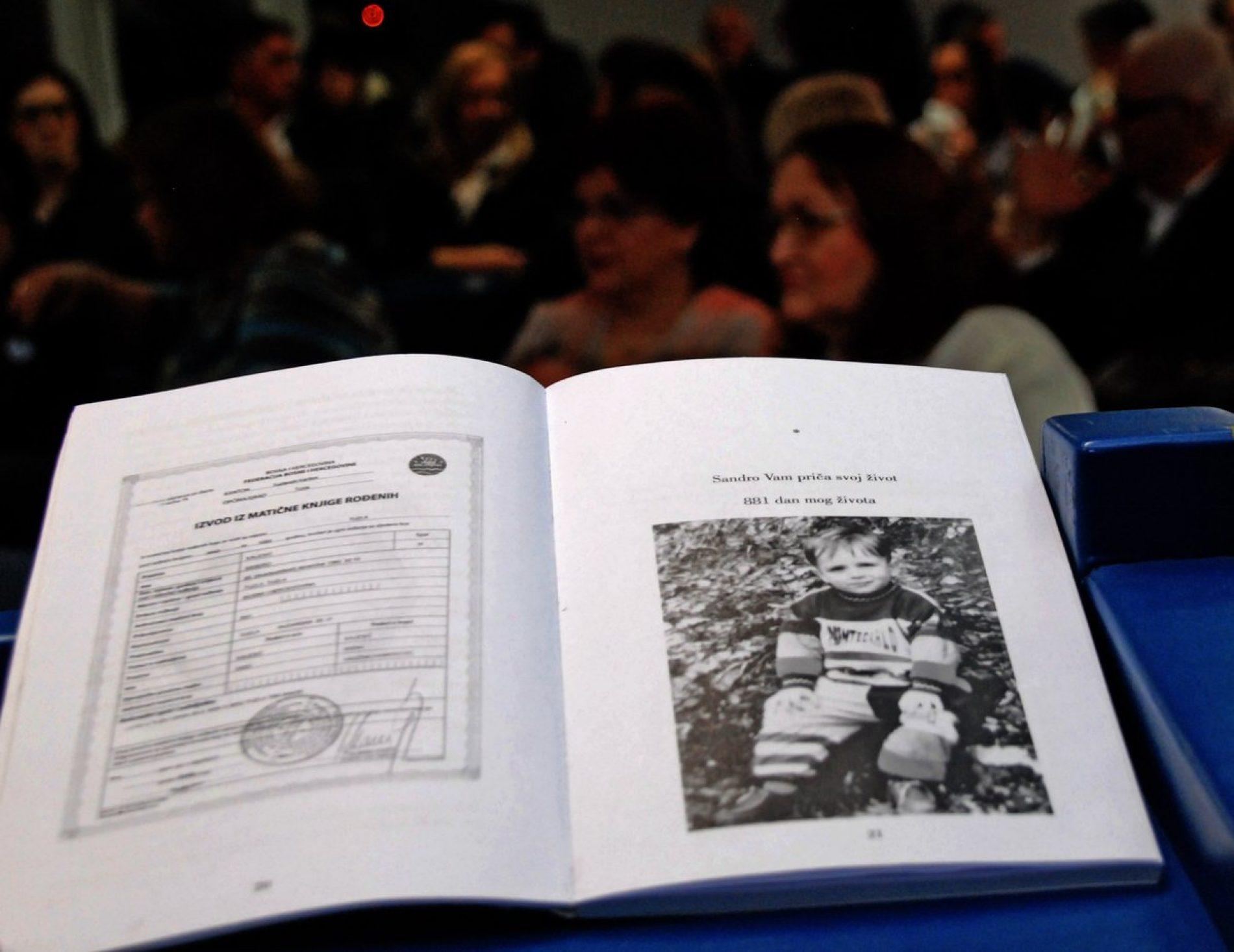 Promovirana knjiga o najmlađoj žrtvi s tuzlanske Kapije: 881 dan života Sandra Kalesića