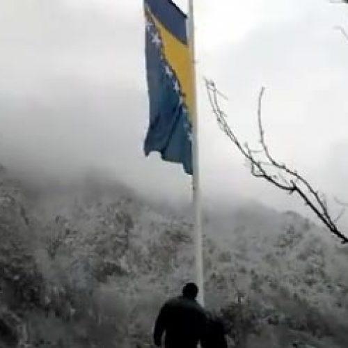 Zastava Bosne i Hercegovine postavljena na najistočniju tačku zemlje, na granici sa Srbijom