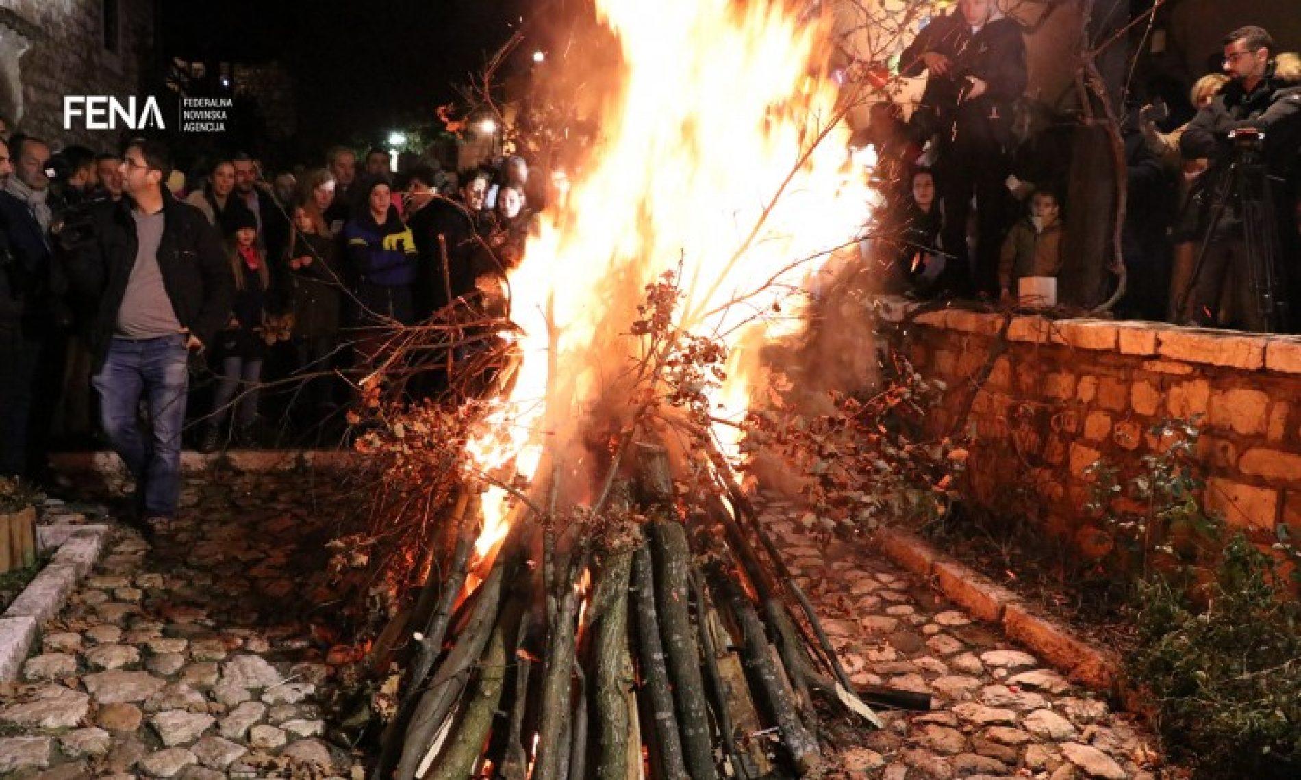 Večernje bogosluženje i paljenje badnjaka uoči pravoslavnog Božića (VIDEO)