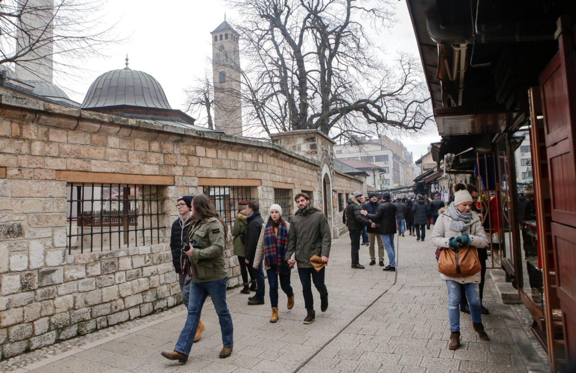 Brojni turisti u šetnji ulicama Sarajeva prvog dana 2018: Fotografisanje pored Sebilja za uspomenu