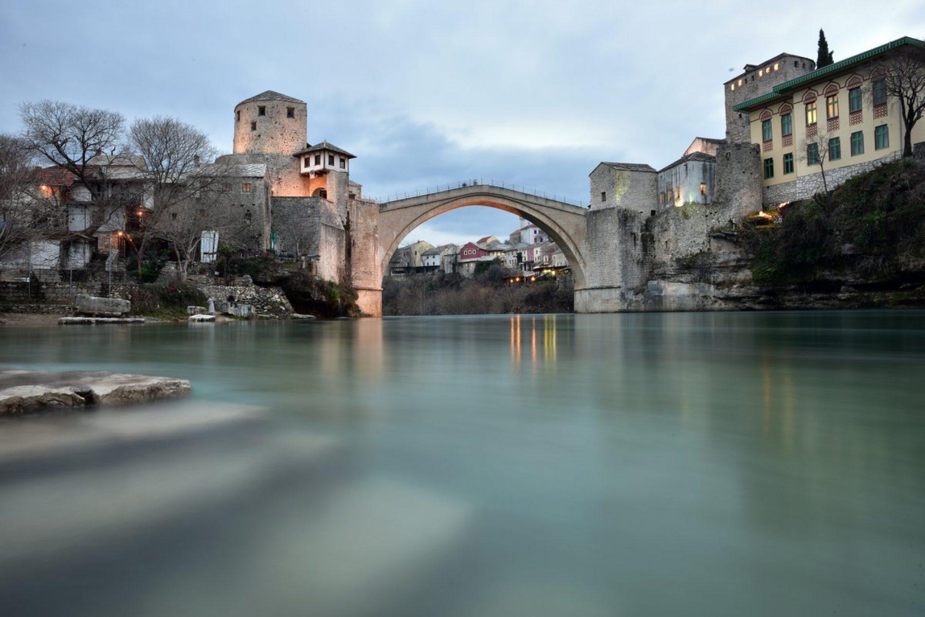 Mostar: Turisti i tokom zime uživaju u ljepotama čuvenog mosta