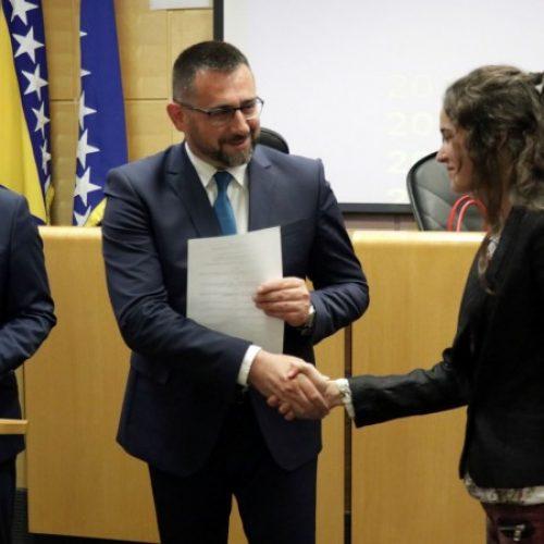 Stipendije Federalnog ministarstva dobila 402 studenta povratnika u RS (VIDEO)