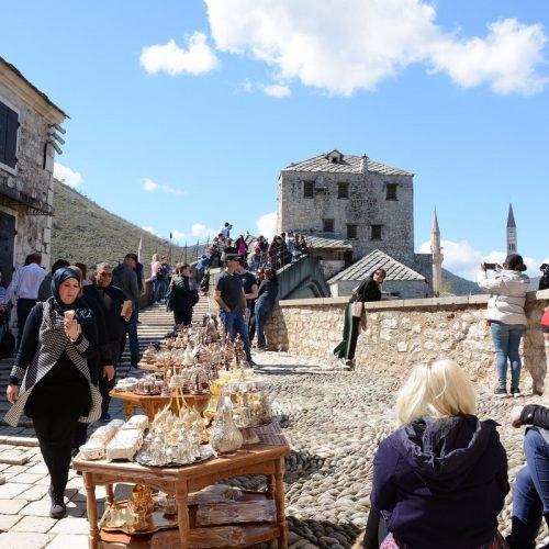 Mostar obasjan proljetnim suncem: Turisti ispunili staru gradsku jezgru