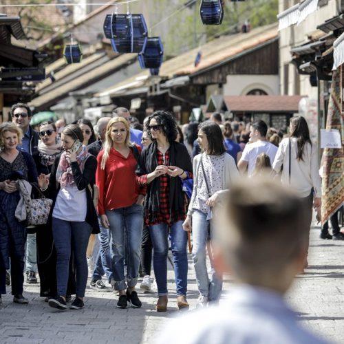 Veliki broj turista uživa u lijepom vremenu i znamenitostima Sarajeva
