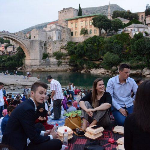 Iftar ispod Starog mosta okupio oko hiljadu mladih