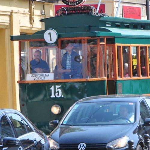 Sarajlije uživale u vožnji replikom prvog električnog tramvaja