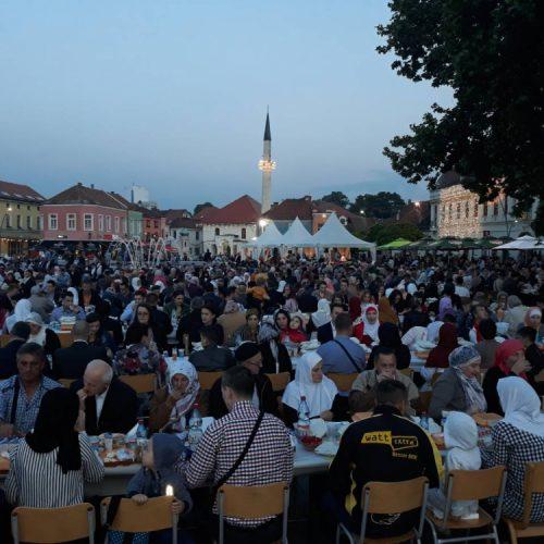 Tuzla: Na Trgu slobode zajedno iftarilo 2.000 ljudi