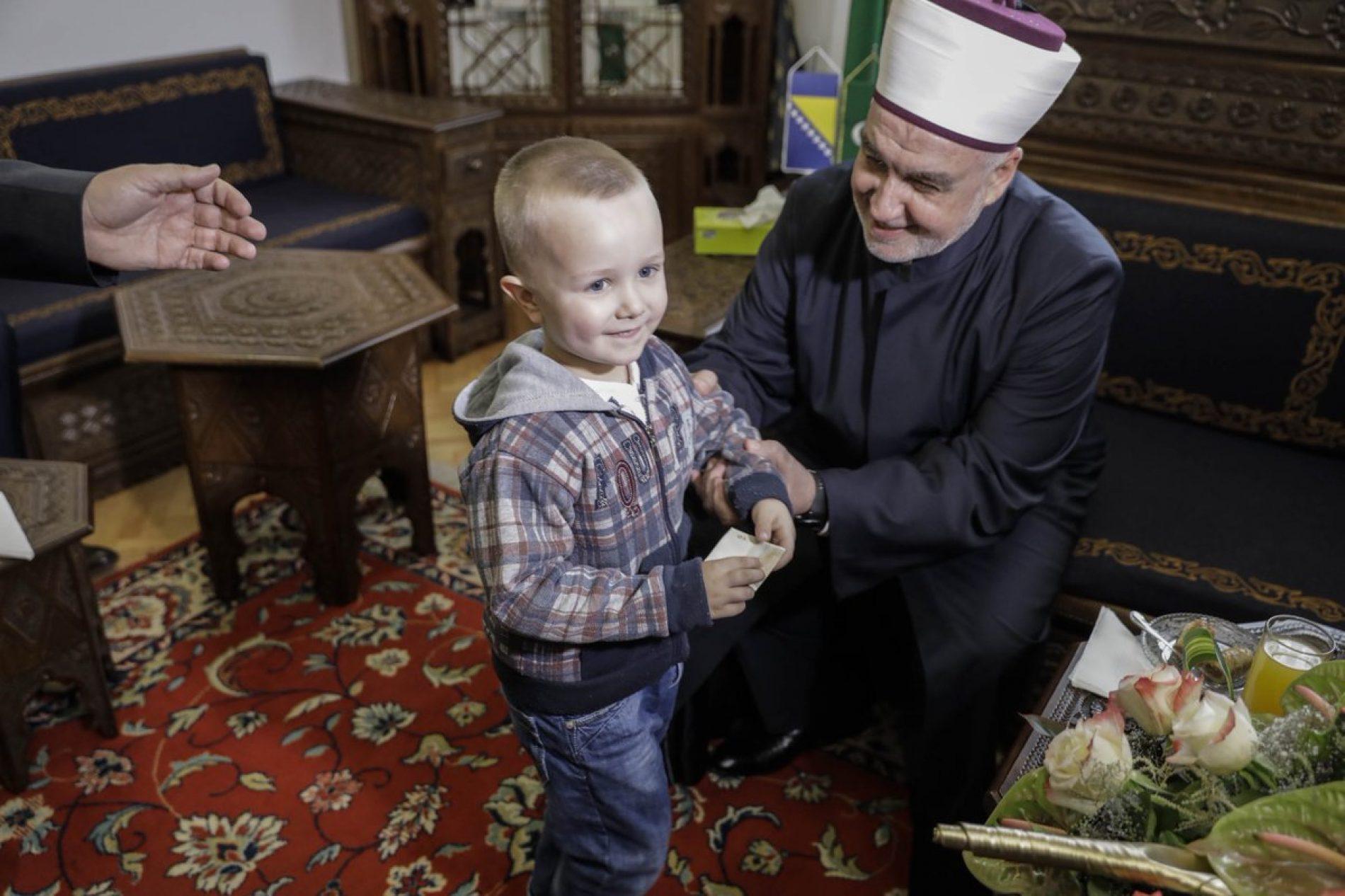 Bajramsko čestitanje kod reisa Kavazovića: Baklava i kafa za goste, bajram-banka za najmlađe