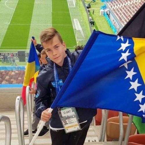 Aiman Šemdin nosi zastavu Bosne i Hercegovine na otvaranju SP-a u Rusiji