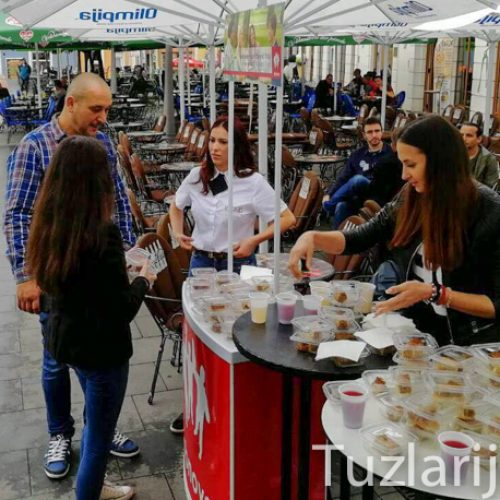 Tuzla: Podjelom baklava na Trgu slobode komšije pravoslavci obradovali sugrađane