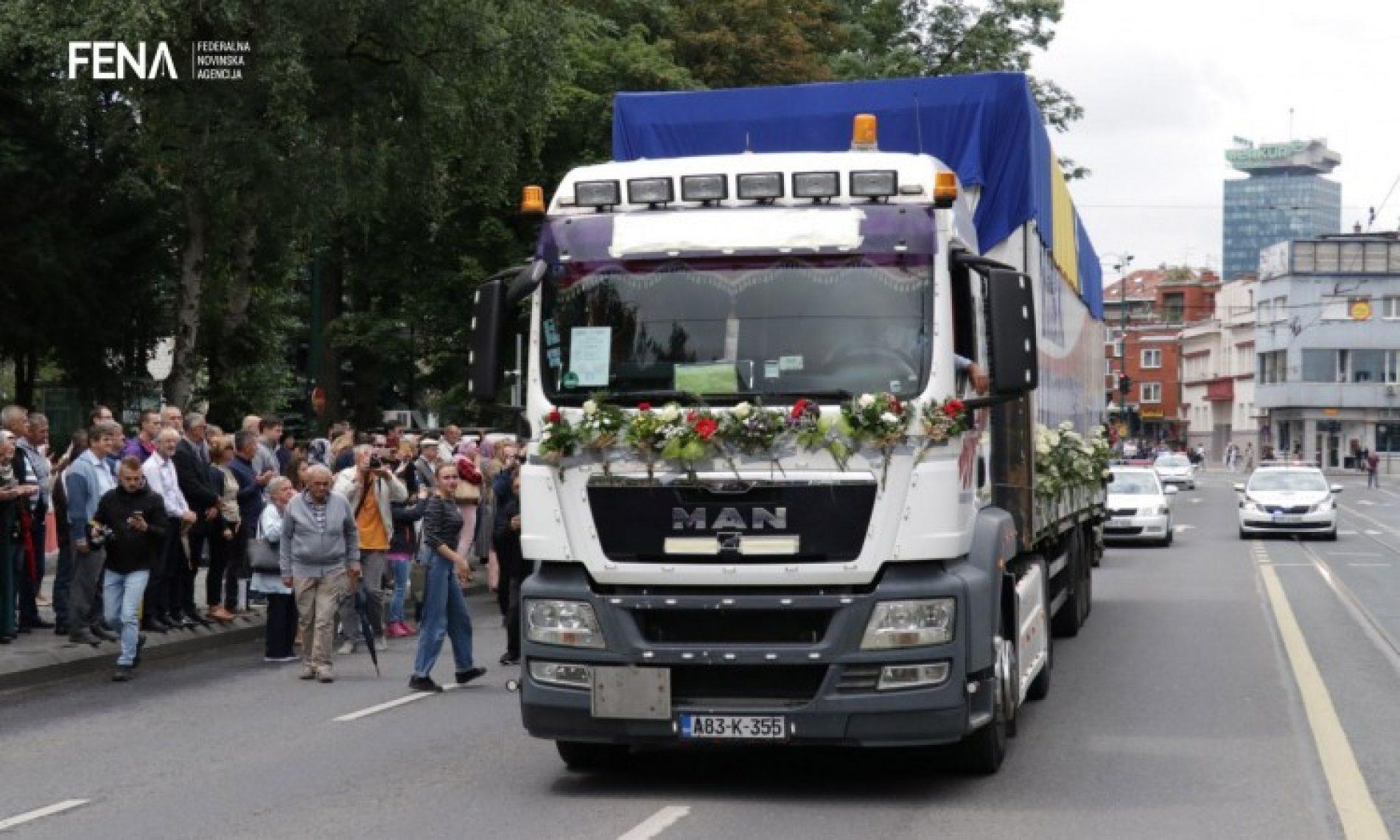 Sarajlije se uz suze i ruže oprostili od 35 ubijenih Srebreničana (VIDEO)