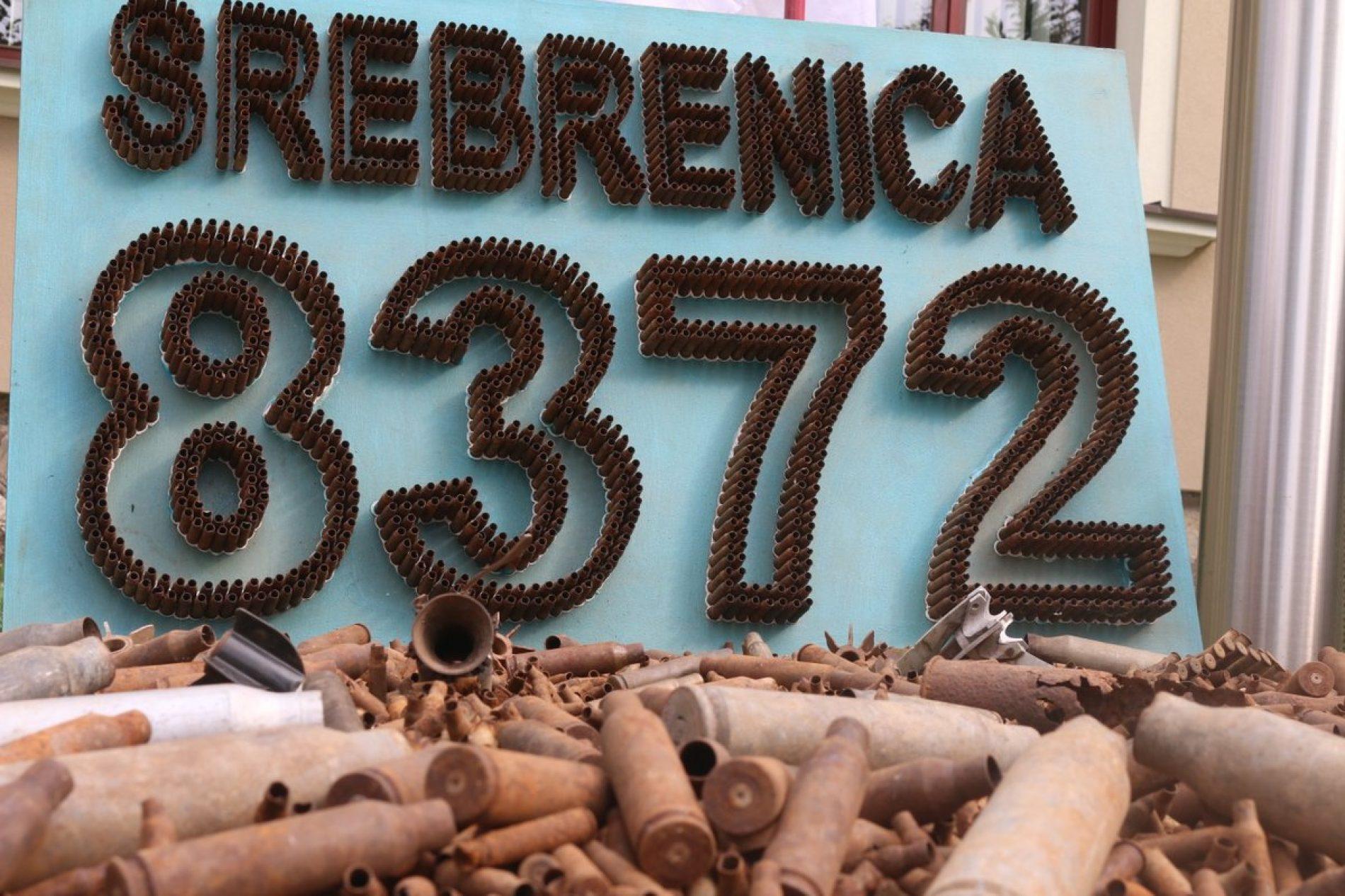 Postavka u Cazinu: Čahure simboliziraju 8.372 nevine žrtve Srebrenice