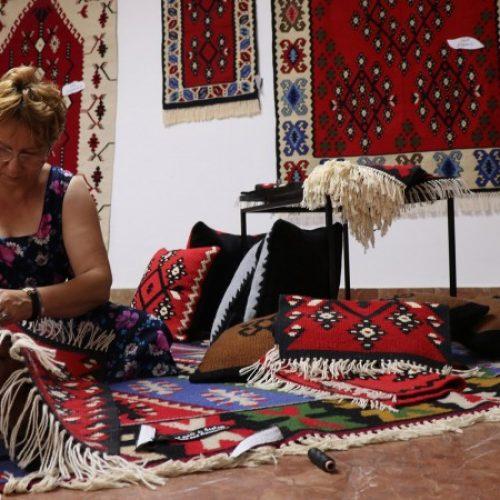 Ručno tkani ćilimi Udruženja 'Bosfam' na izložbi u Sarajevu (VIDEO)