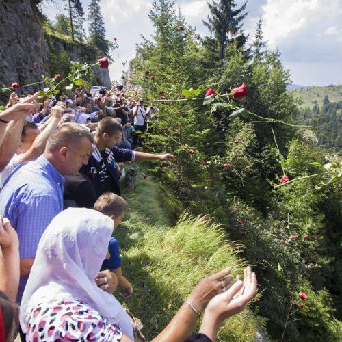 Bacanjem ruža niz liticu obilježena 26. godišnjica zločina na Korićanskim stijenama