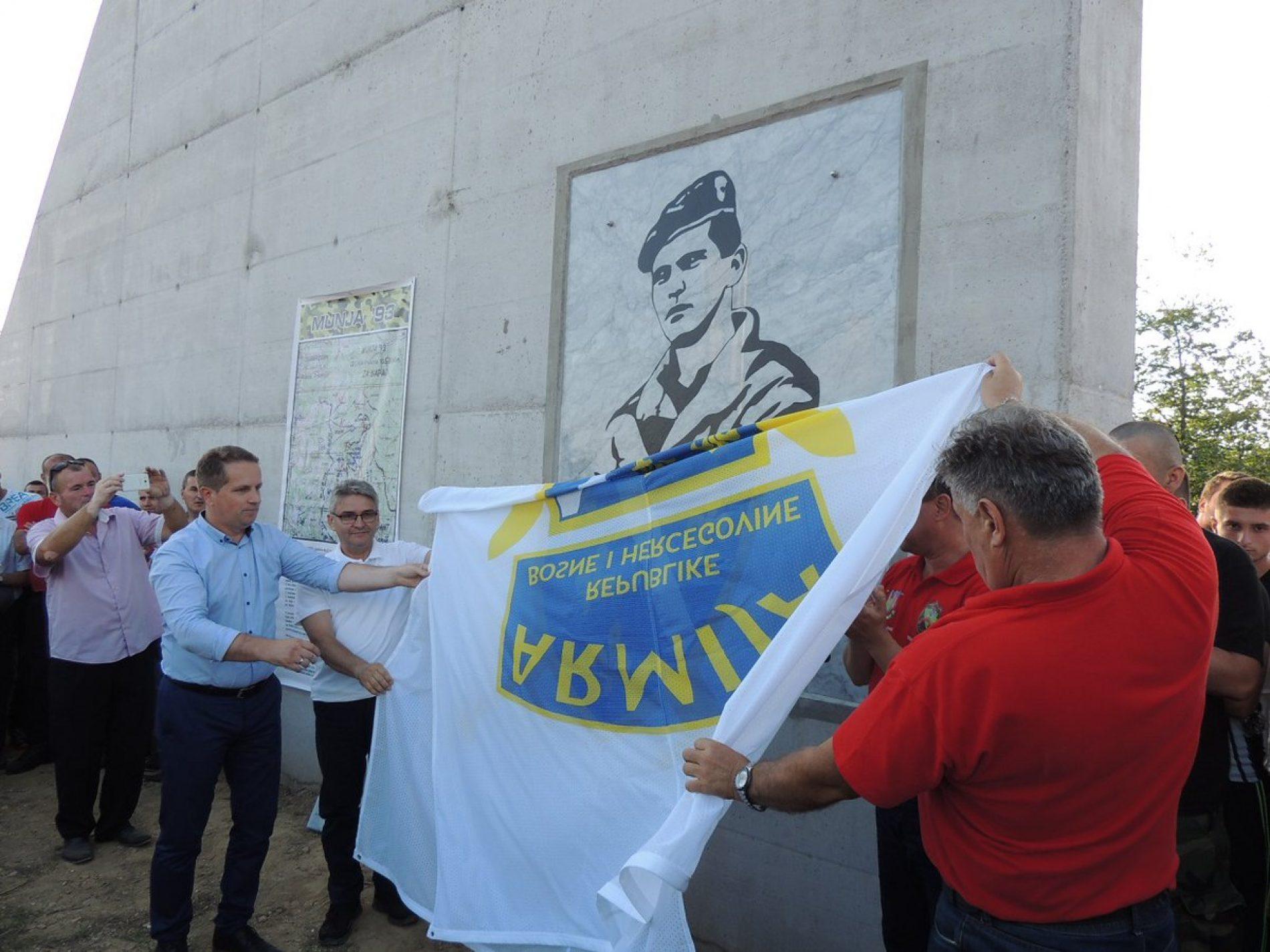 Bužim: Svečano otkriveno spomen-obilježje Ponosa i pobjede Armije Bosne i Hercegovine