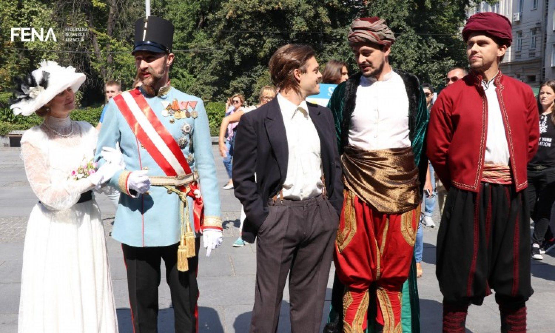Glumci kostimirani u historijske ličnosti prošetali Sarajevom (VIDEO)