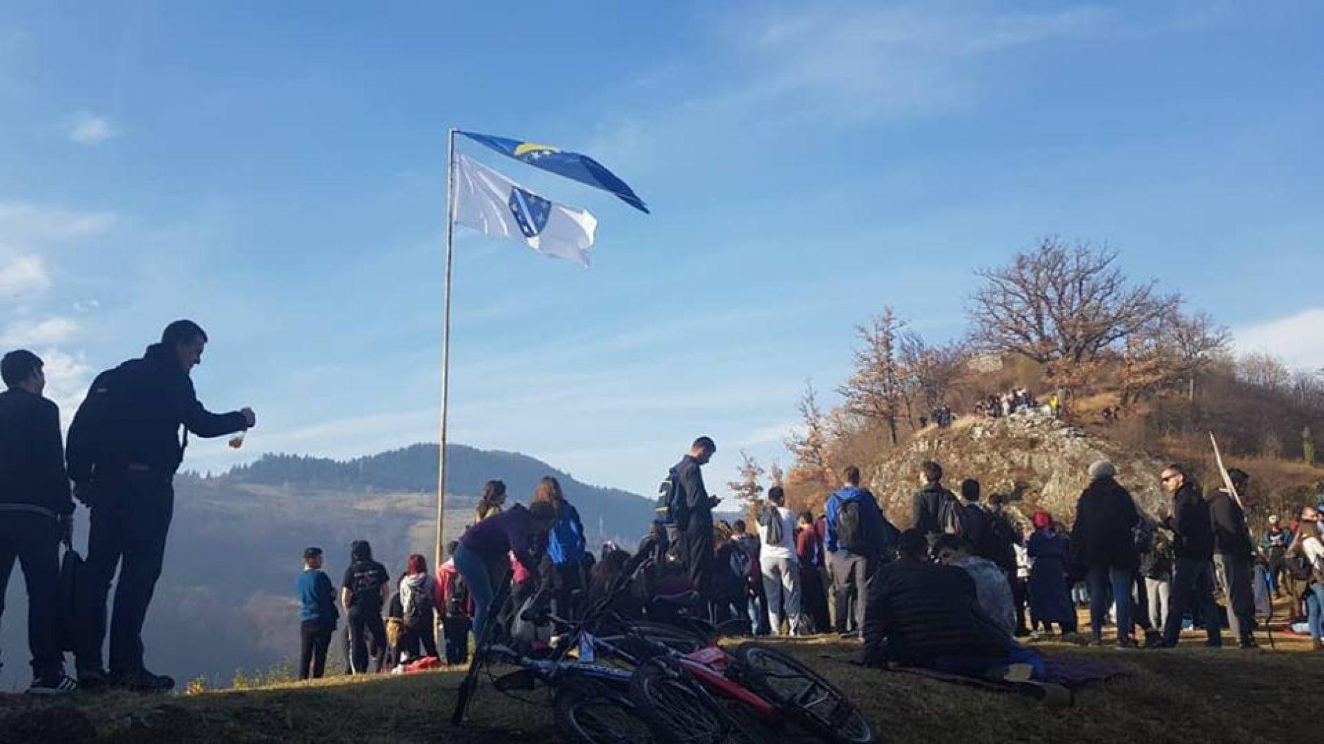 Studenti na Kraljevskom Bobovcu: Podizanje zastave i himna (VIDEO)