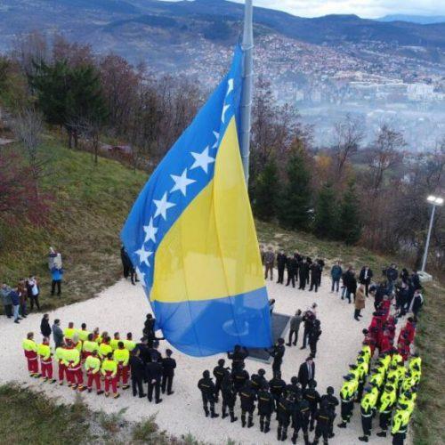 Podizanjem državne zastave na brdu Hum započelo obilježavanje Dana državnosti Bosne i Hercegovine