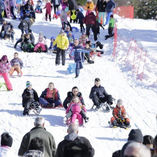 Trebević: Mnogobrojni mališani zajedno sa roditeljima uživali u sankanju