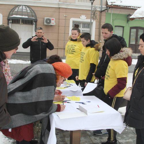 Tuzla: Potpisivanje peticije za liječenje djece iz budžeta i plaćanje političara SMS-ovima