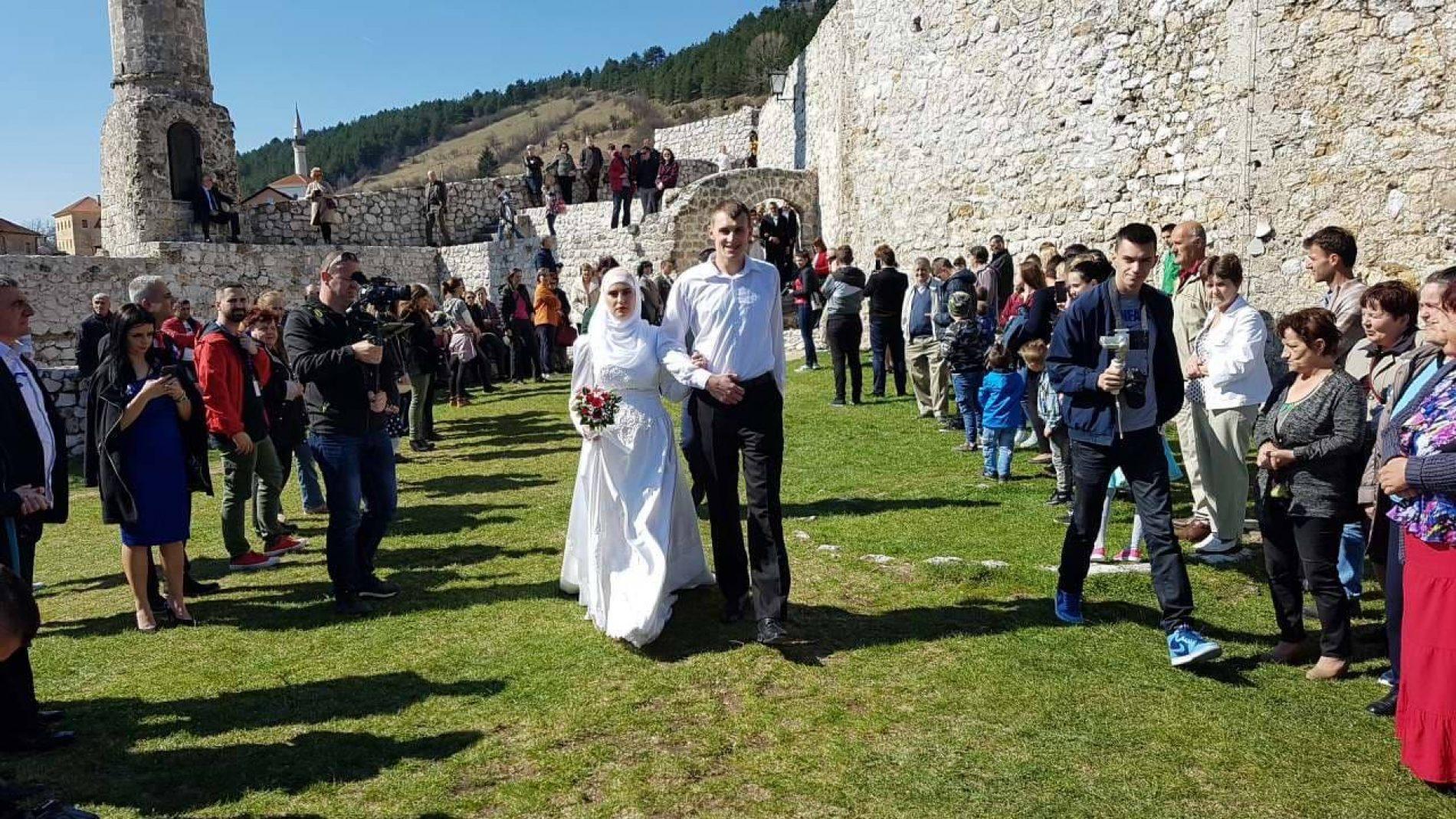 Vjenčanje pet parova na tvrđavi Stari grad u Travniku