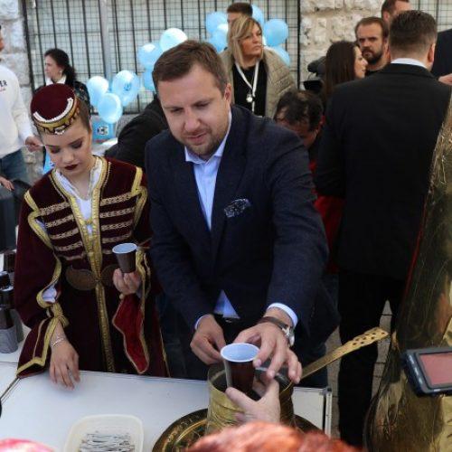 Gradonačelnik Sarajeva na Baščaršiji se družio s građanima i poslužio ih bosanskom kafom